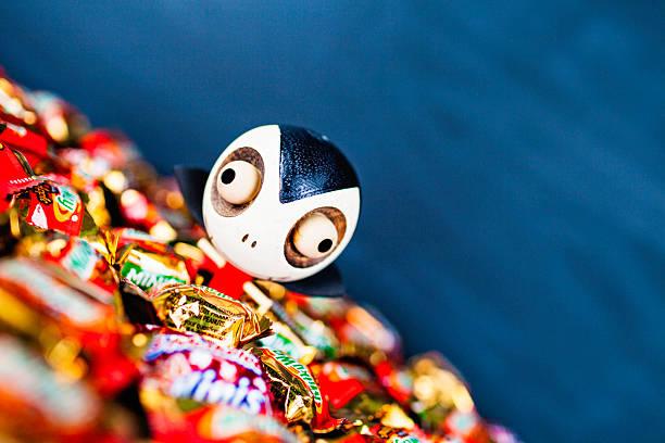 halloween süßes oder saures-halloweenspruch candy mit dracula-dekoration - milky way stock-fotos und bilder