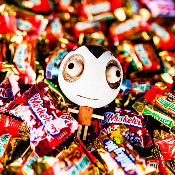 halloween süßes oder saures-halloweenspruch candy mit mädchen frankenstein dekoration - milky way stock-fotos und bilder