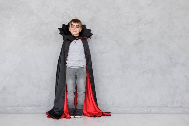 halloween vampir jungen - graf dracula stock-fotos und bilder