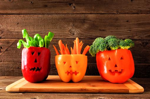 萬聖節蔬菜和蘸在傑克 O 燈籠辣椒在木材背景 照片檔及更多 一組物體 照片