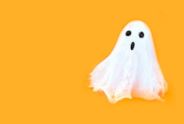 Halloween weiß gespenstischen Geist Geist auf orange Hintergründe. Minimales Konzept beängstigend Herbst. – Foto