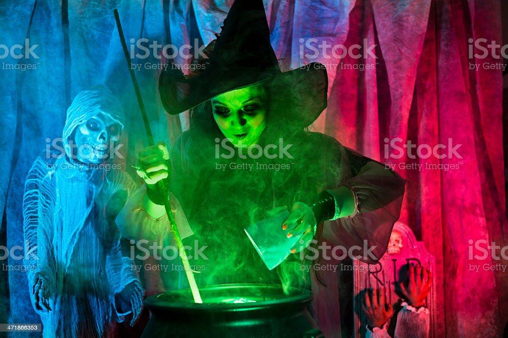 Halloween: Bruja cocina de una cerveza especiales para marcar o tratar. - foto de stock