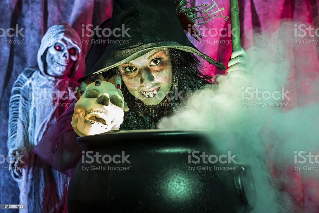 Halloween: Bruja cocinar su cerveza para los huéspedes especiales. - foto de stock