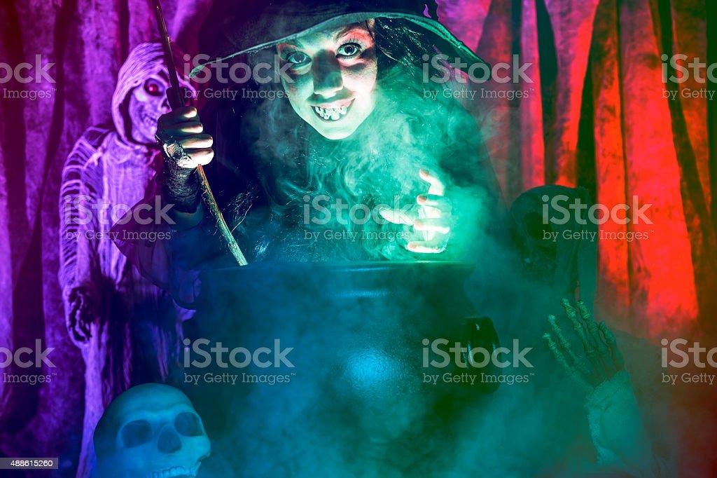 Halloween: Bruja cocinar su cerveza para los huéspedes especiales. Zombi. - foto de stock