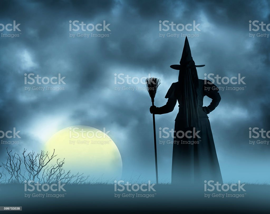 Halloween Witch Looks At Full Moon Rising - foto de stock