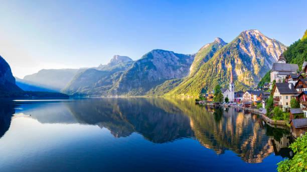 lago de aldeia e hallstätter see hallstatt na áustria - áustria - fotografias e filmes do acervo
