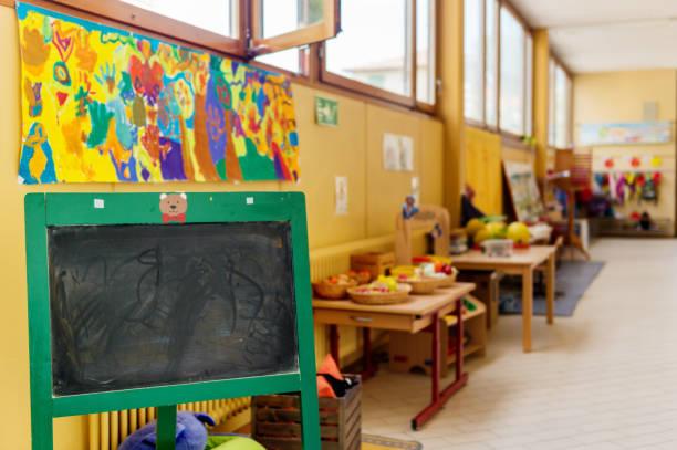 Flur in der Grundschule, Erholungsgebiet mit Spielzeug – Foto