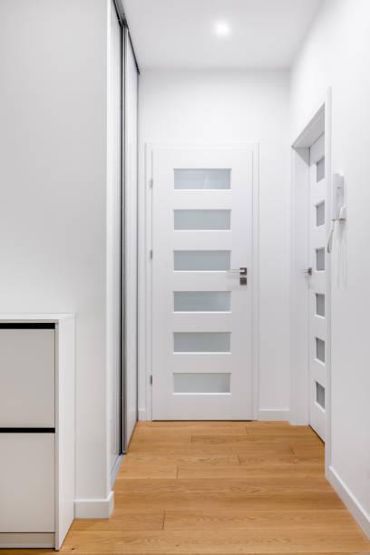 couloir de l'appartement moderne - étroit photos et images de collection