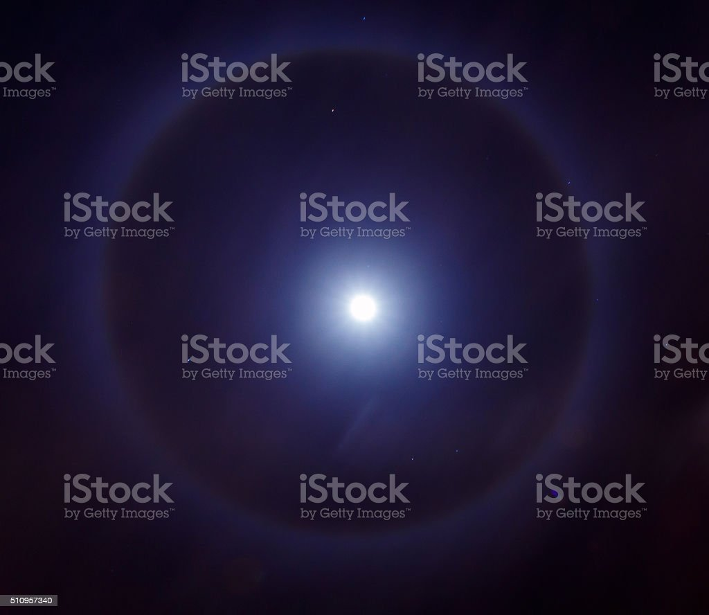 Auréola ao redor da lua ou um anel ao redor da lua luz - foto de acervo