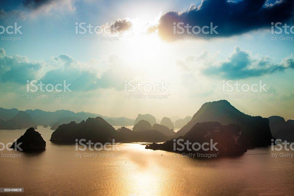 Bahía de Halong Vietnam Vista aérea del atardecer - foto de stock