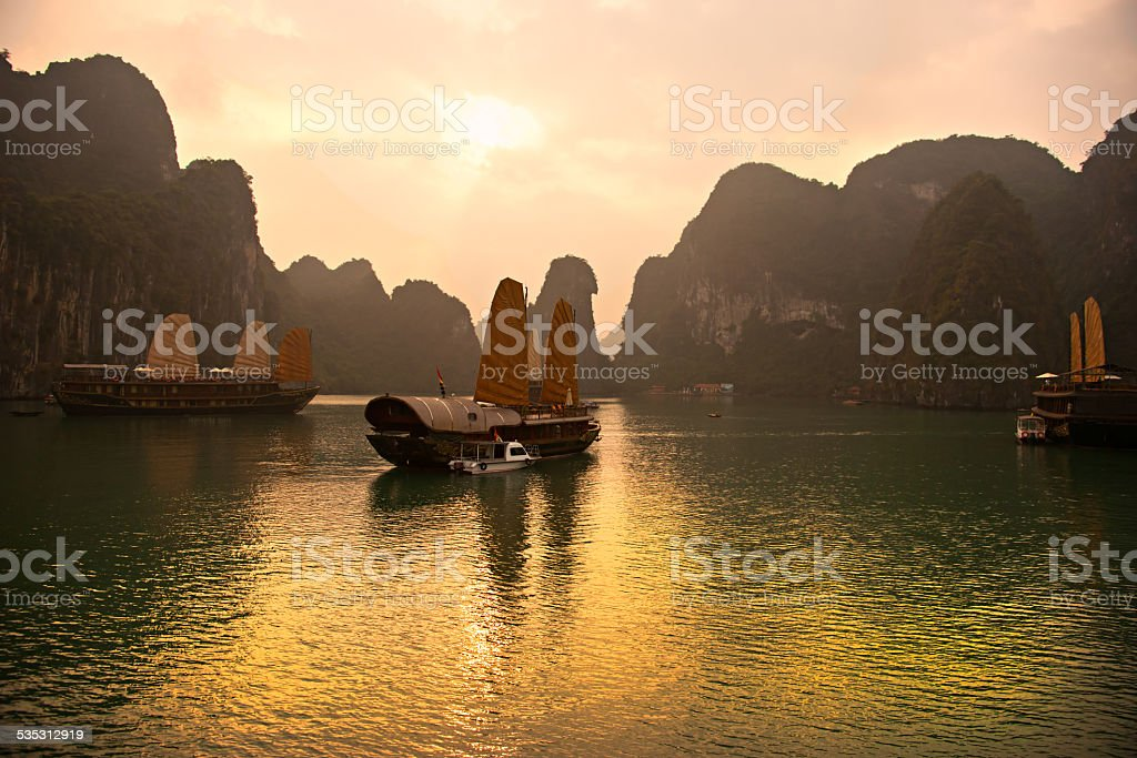 Bahía de Halong, Vietnam. Patrimonio de la humanidad por la Unesco. - foto de stock