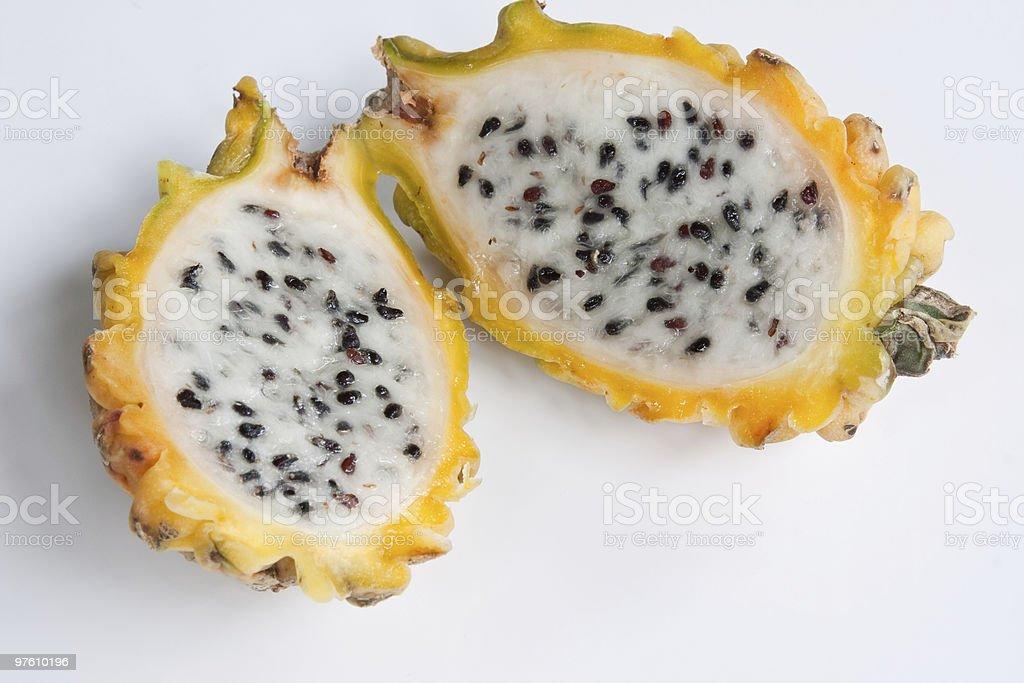 Diminué de moitié jaune Fruit du Dragon photo libre de droits