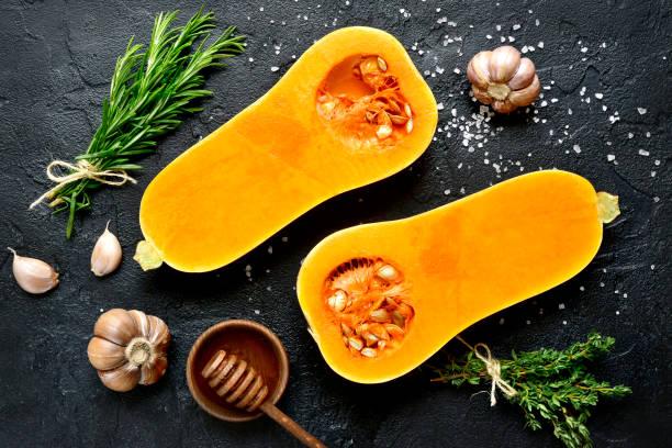 향신료와 재료를 만들기에 대 한 원시 유기 butternut 스쿼시의 반쪽 - 조롱박과 식물 뉴스 사진 이미지