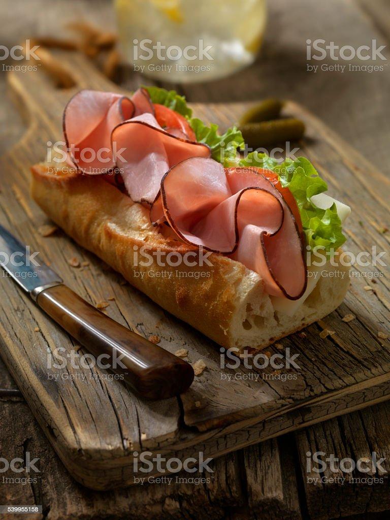 Sanduíche de presunto e queijo e em uma baguete - foto de acervo