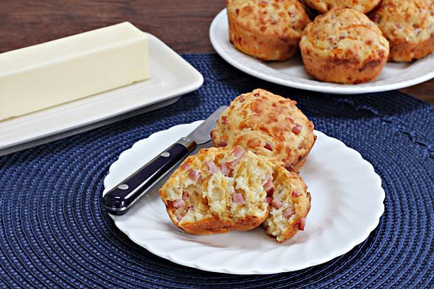 quiche mit schinken und cheddar-muffins - käsemuffins stock-fotos und bilder