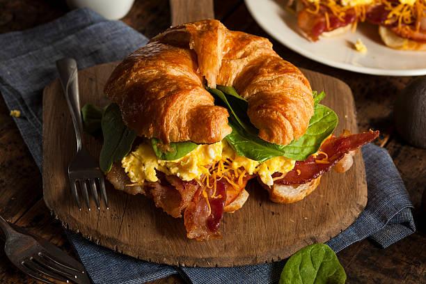 quiche mit schinken, käse und ei breakfast sandwich - ei sandwiches stock-fotos und bilder