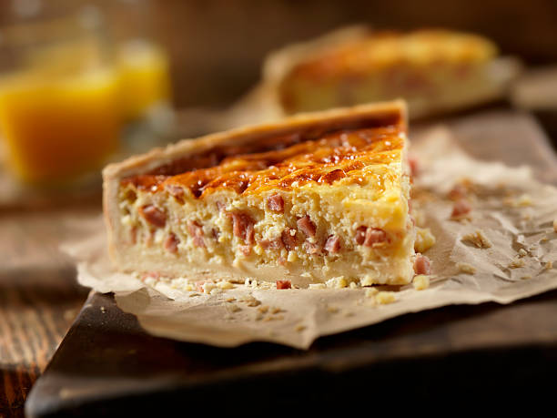 quiche au jambon et au fromage avec du jus d'orange - quiche photos et images de collection