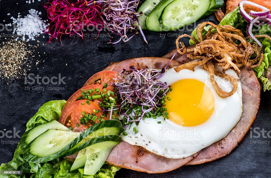 Ham and egg open sandwich - smørrebrød​​​ foto