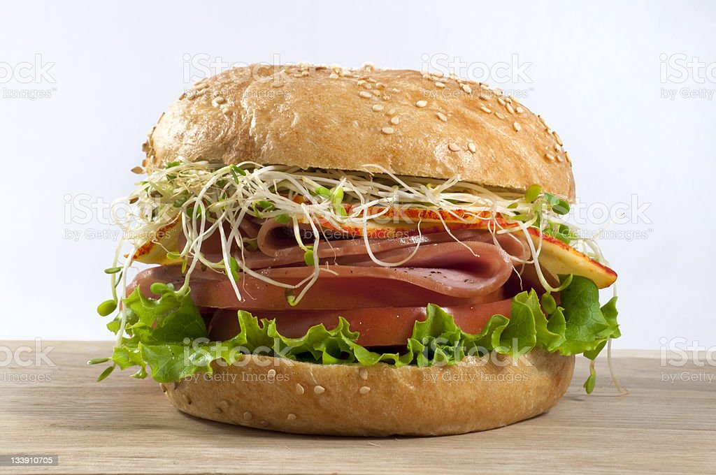 Schinken-sandwich auf Schneidebrett – Foto