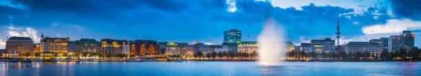 hamburger binnenalster am see und brunnen bei abenddämmerung panorama deutschland beleuchtet - hotel stadt hamburg stock-fotos und bilder