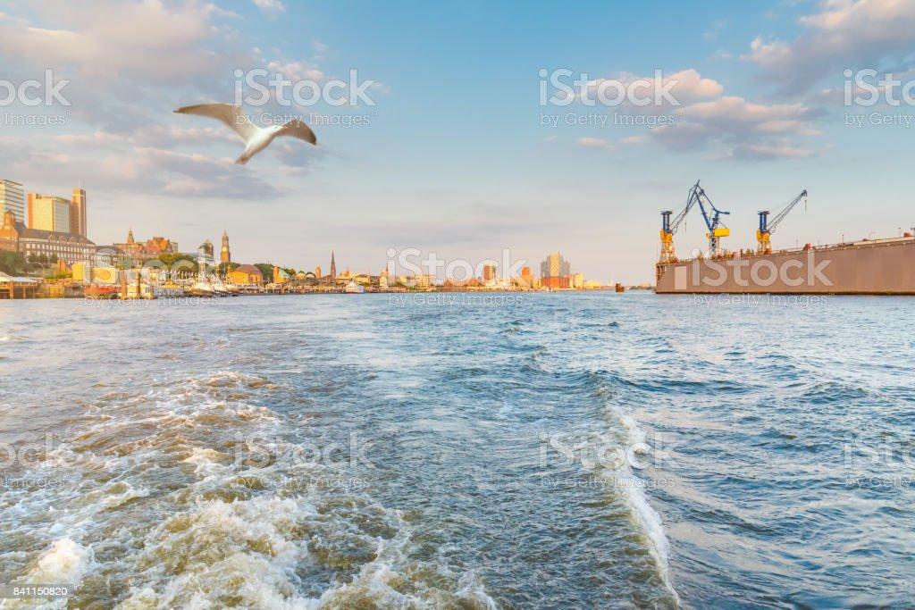 Hamburger Stadtbild gesehen von einem Boot auf dem Fluss Elbe unter schönen Sommerhimmel – Foto