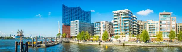 elbphilharmonie hamburg mit blick auf hafencity moderne uferpromenade wohnung entwicklungen panorama deutschland - reifen hamburg stock-fotos und bilder