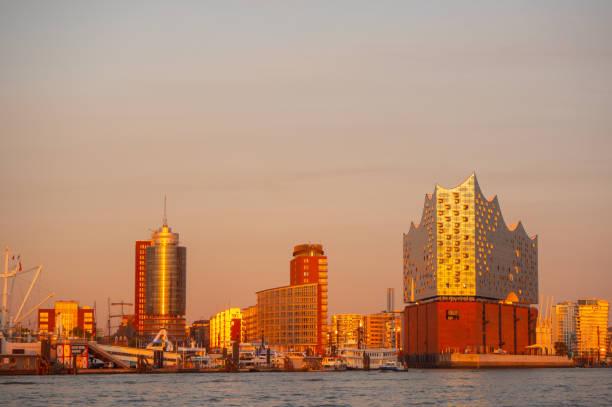 hamburg, deutschland. tour mit dem boot im hafen bei sonnenuntergang. blick auf die elbphilharmonie, einem berühmten konzertsaal und im modernen hotel - hotel stadt hamburg stock-fotos und bilder