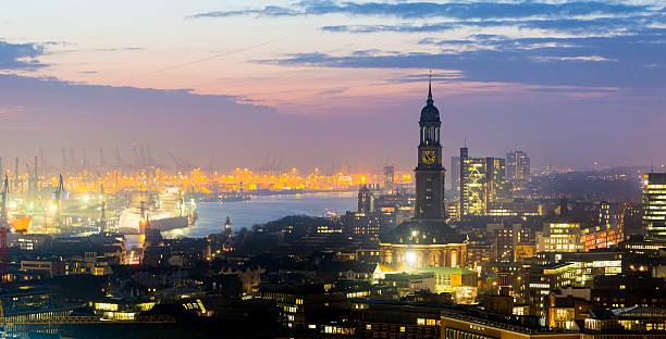 Hamburger Hafen bei Sonnenuntergang, Blick auf die Stadt – Foto