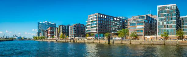 hamburg-menschen, die genießen sonnenschein hafencity moderne elbe waterfront panorama deutschland - reifen hamburg stock-fotos und bilder
