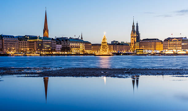 Hamburg town hall and Alster Lake with Christmas market – Foto