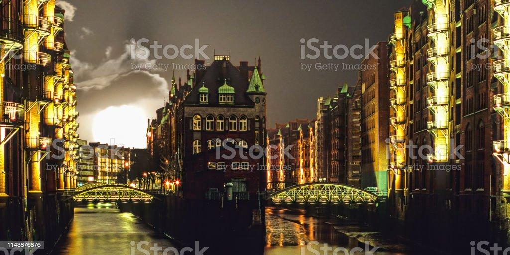 Hamburg mit Supermond – Foto