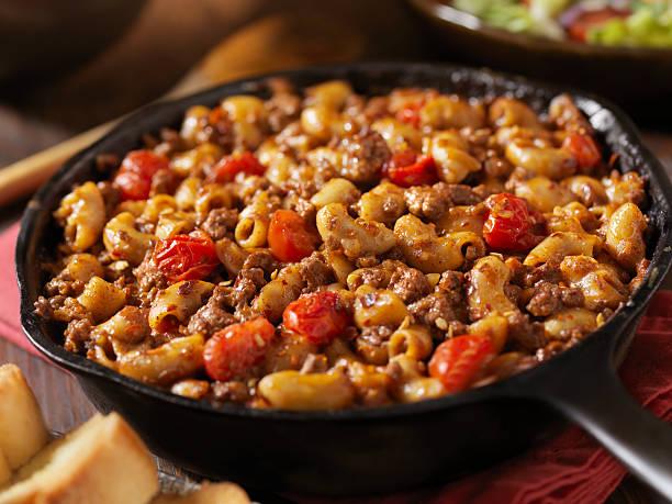 hamburger, makkaroni chili - gemüseauflauf mit hackfleisch stock-fotos und bilder
