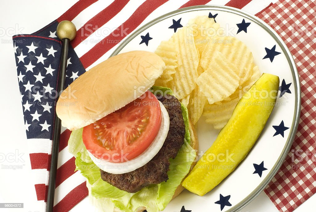Hamburger and Potato Chips with Patriotic Theme royalty free stockfoto