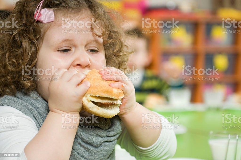 Hamburger und Mädchen – Foto