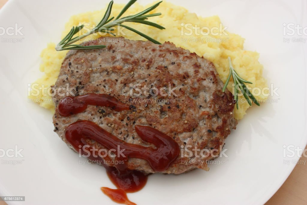 Hamburger de Veau - püresi de pommes de terre - ketçap royalty-free stock photo