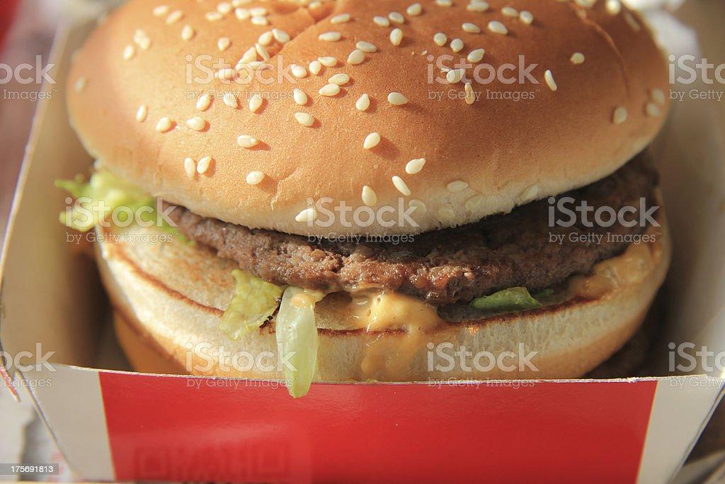 Hamburger dans une boîte en carton - Photo