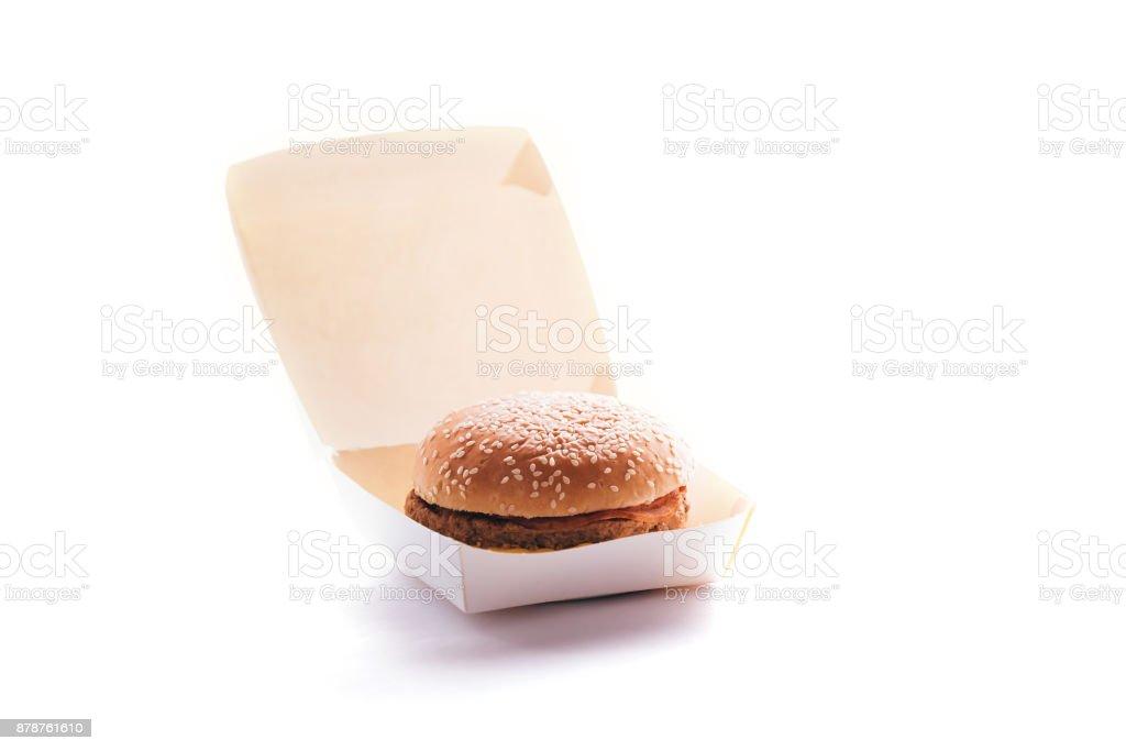 Hamburger en paquet sur un fond blanc. - Photo