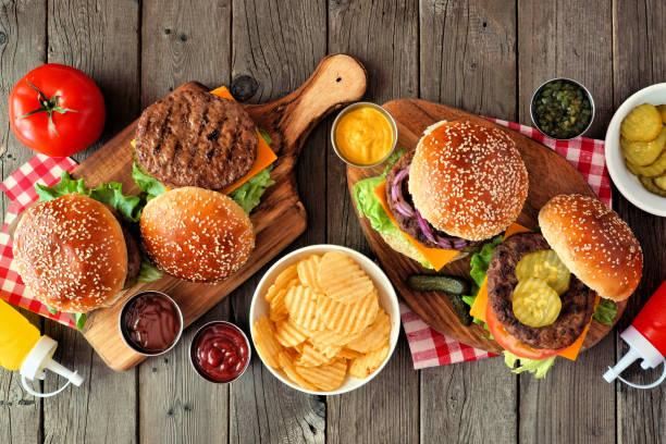 bbq hamburger stół scena, widok z góry na ciemne drewno - barbecue zdjęcia i obrazy z banku zdjęć