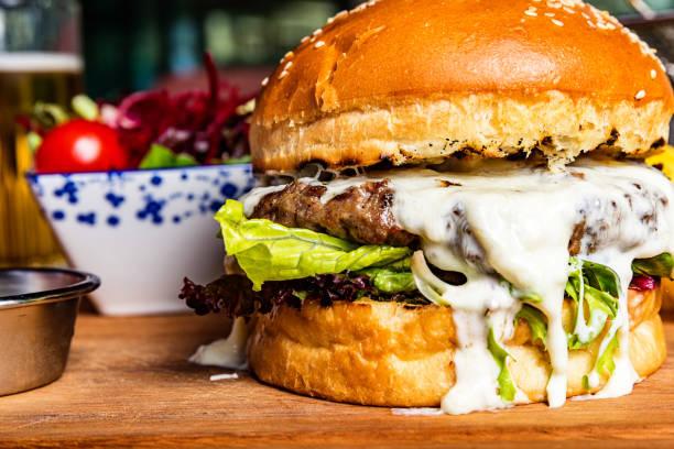 hamburger salata ve bira ile - cheeseburger stok fotoğraflar ve resimler