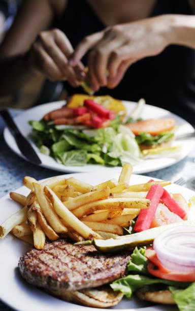 Hamburger und Pommes frites – Foto