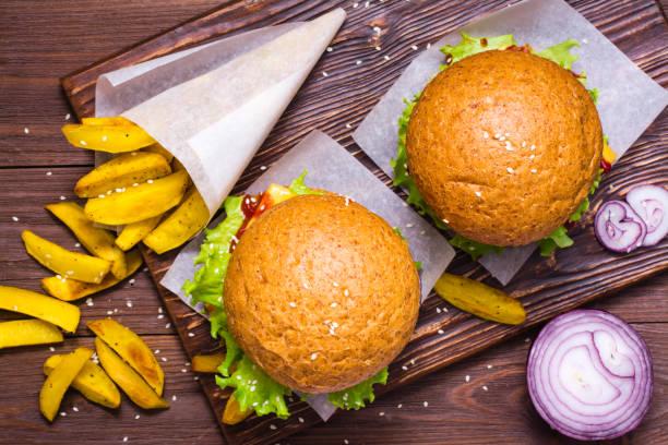 Hamburger ve patates kızartması stok fotoğrafı