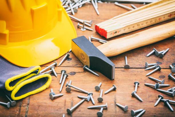 hammer und nägel - werkzeugbank stock-fotos und bilder