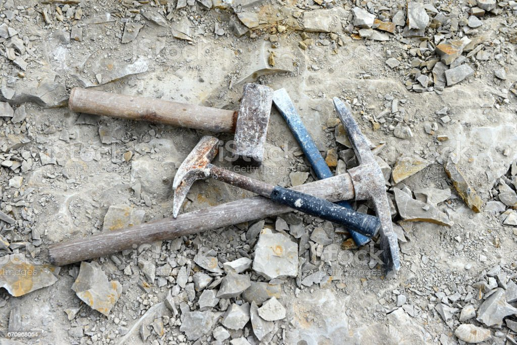 Hammer. Suche nach Fossilien im Kalksteinbruch. – Foto