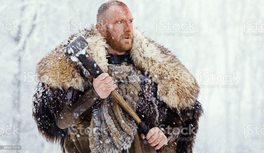 Martillo A Esgrimiendo Guerrero Vikingo Sanguinario Al Aire Libre De ...