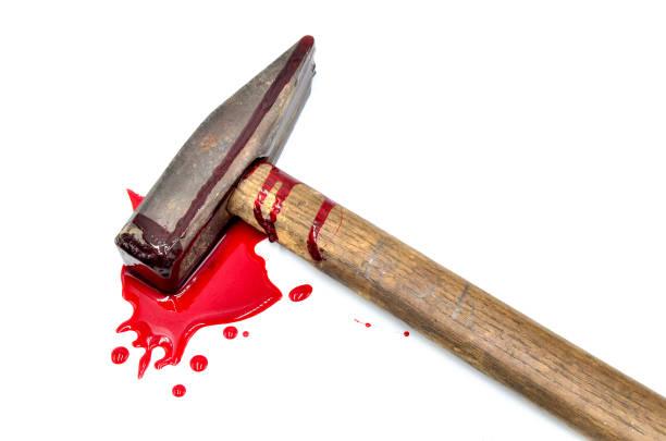 Hammer mit Blut auf weißem Hintergrund – Foto