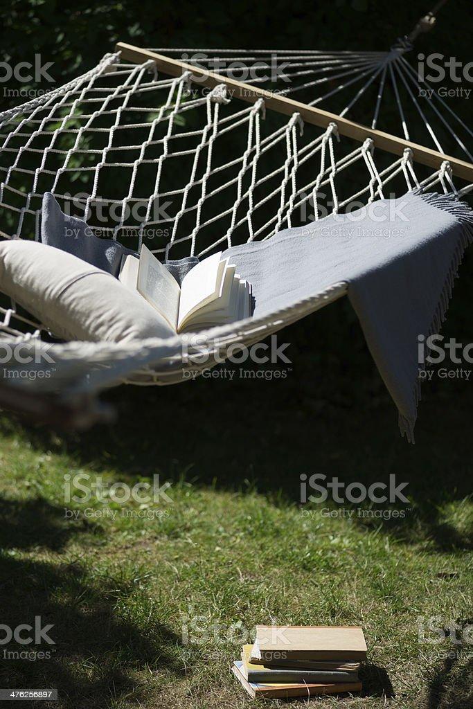 Hängematte im Garten mit Büchern, Kissen und Decken – Foto
