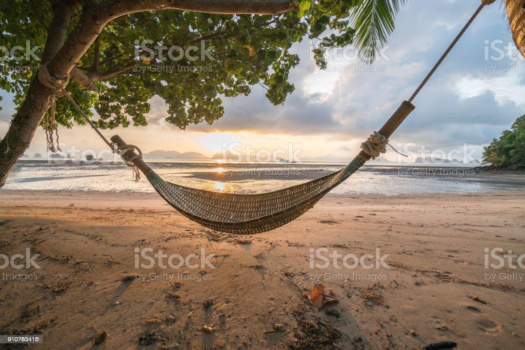 Hängematte am Strand bei Sonnenaufgang, Thailand – Foto