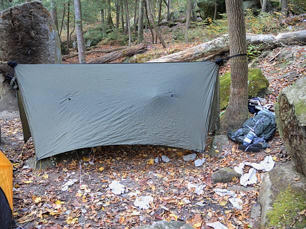 hängematte tarp campingplätzen in der wildnis - planenzelt stock-fotos und bilder