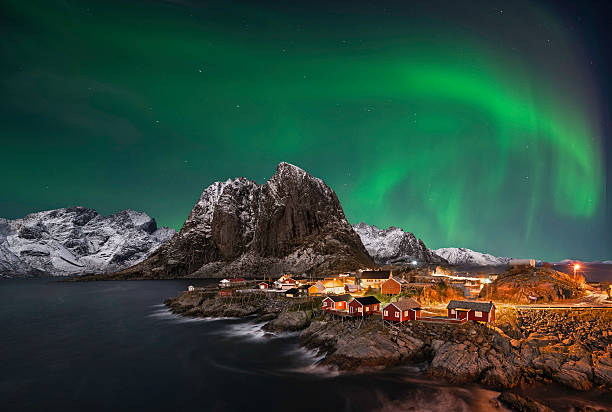 hamnoy northern lights - aurora boreale foto e immagini stock