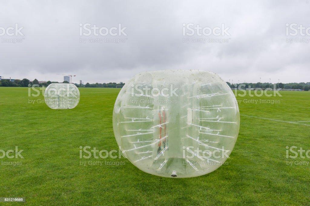Hamster-Kugeln auf einem grünen Rasen, bereit, mit Fußball spielen – Foto